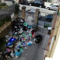 Rifiuti a Roma, il porta a porta si ferma: cortili invasi dai rifiuti. Ultimatum al Comune