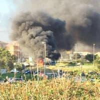 Roma, bus Atac a fuoco davanti al policlinico di Tor Vergata