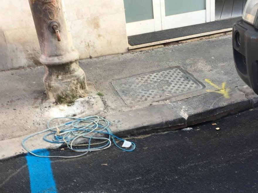 Roma, lavori stradali eseguiti male in via Miani: i canali di scolo sono coperti dall'asfalto
