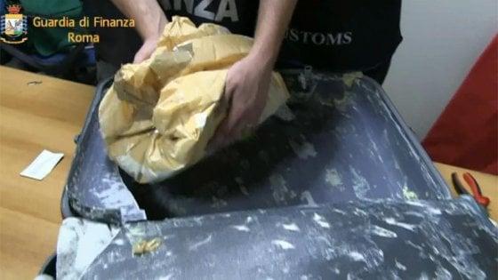 Roma,  scoperti 11 chili di eroina purissima nel doppio fondo di una valigia a Fiumicino