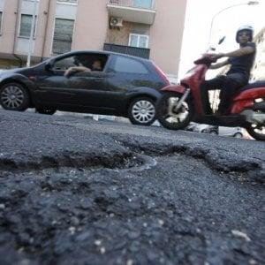 Roma, più disturbi alla schiena per le buche stradali: Codacons offre visite gratuite