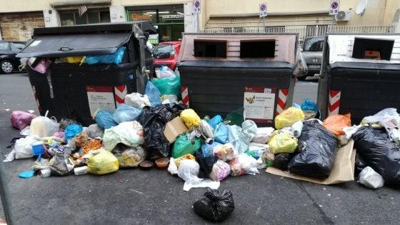 """Rifiuti Roma, il Comune: """"Situazione sotto controllo"""". Ma i residenti protestano: """"Cassonetti pieni da un mese"""""""