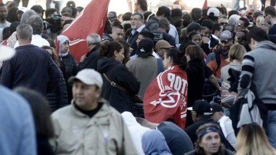 Roma, movimenti per la casa in protesta davanti al Campidoglio. Meloni contestata