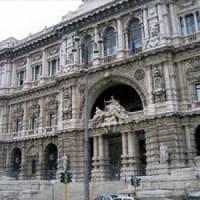 Roma, vigile si sparò con arma del collega: il Comune risarcirà la famiglia