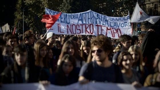 """Roma, studenti con tute blu in piazza contro l'alternanza scuola-lavoro. Tensioni con Forza Nuova&#x3b; """"Ci hanno strattonato"""""""