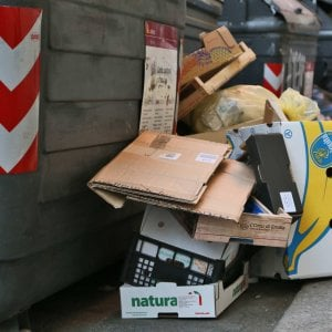 Roma, bus corrono troppo: residenti Laurentino bloccano strada con cassonetti