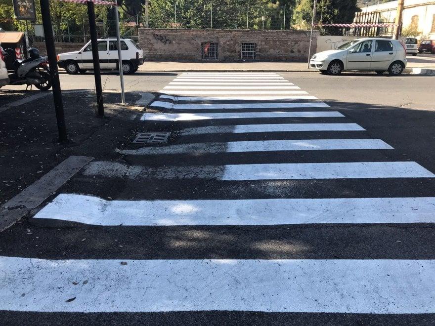 Dipingere Strisce Parcheggio : Roma c è un auto sulle strisce in via monte santo le