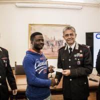 Roma, disarmò e fece arrestare rapinatore con la mannaia: premiato col permesso di soggiorno