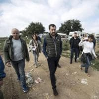 Roma, blitz di Salvini in campo nomadi di Castel Romano