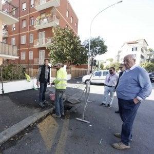 Roma, allerta pioggia: i condomini di via della Farnesina dopo il crollo ripuliscono i tombini