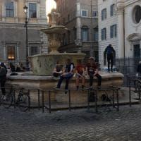 """Roma, ragazzi scavalcano la recinzione e """"occupano"""" la fontana di piazza Farnese"""