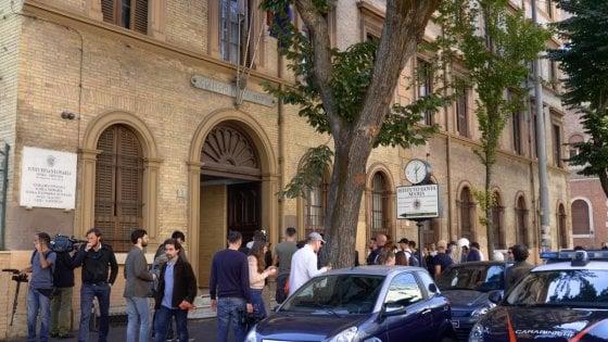 """Roma, 13enne si lancia dalle scale della scuola e muore. I testimoni: """"Ha detto ciao ed è volato giù"""""""