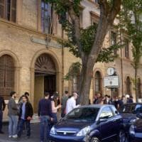 """Roma, 13enne si lancia dalle scale della scuola e muore. I testimoni: """"Ha detto ciao ed è..."""