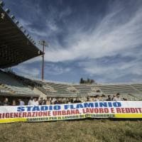 Roma, disoccupati fanno irruzione nello stadio Flaminio: