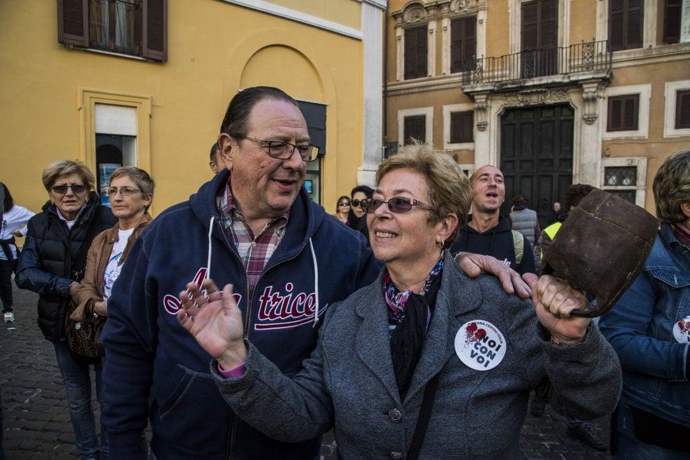 Carriole e macerie davanti a Montecitorio: la protesta dei comuni terremotati del Centro-Italia