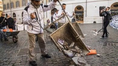 Carriole e macerie davanti a Montecitorio la protesta dei comuni terremotati foto