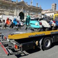 Tour non autorizzato nel centro di Roma, fermate 11 Vespe d'epoca