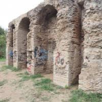 Croci celtiche e bestemmie con lo spray: Caffarella, deturpata la cisterna
