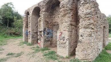 Croci celtiche e bestemmie con lo spray: Caffarella, deturpata la cisterna romana
