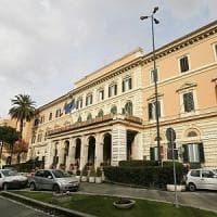 Roma, si finge medico e molesta una donna nella galleria dell'Umberto I: