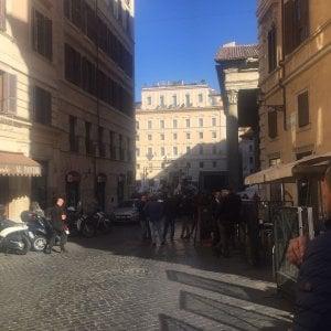 """Roma, Grillo al Pantheon: """"La capitale così pulita che ho dovuto sporcarla io"""""""