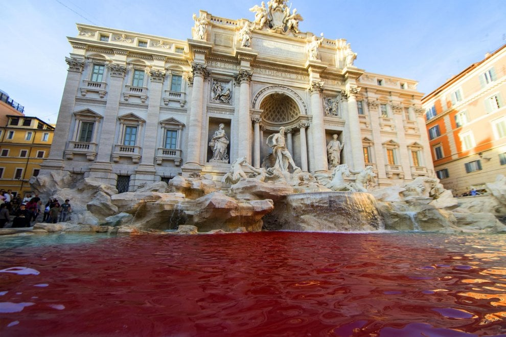 Roma, vernice nella vasca: la Fontana di Trevi diventa rossa