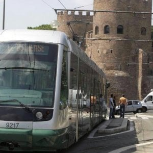 Roma, auto contro tram in piazzale Preneste: nessun ferito, disagi per il traffico