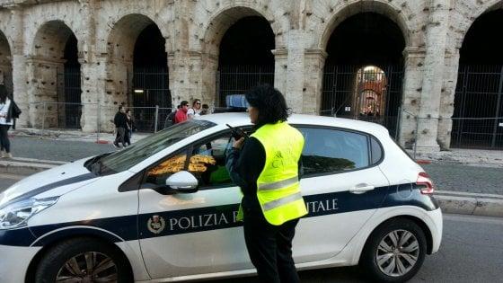 Roma, i vigili urbani sono senza spogliatoio: escono in strada senza divisa