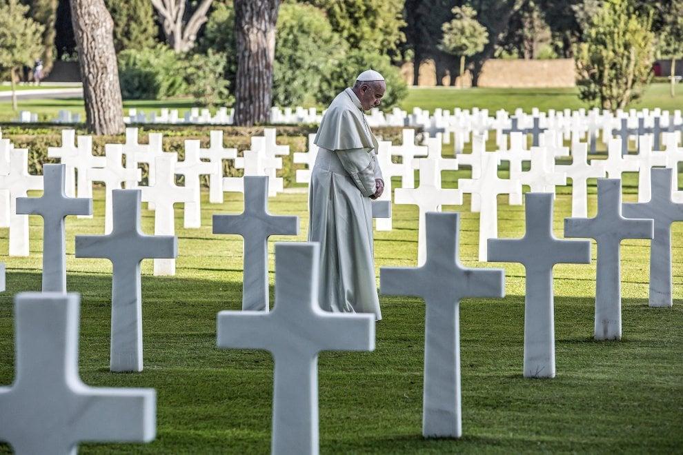 """Il Papa al cimitero militare di Nettuno: """"No alla violenza, no alla guerra"""""""