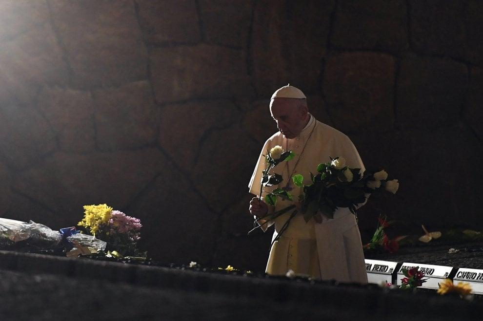 """Roma, il Papa in preghiera alle Fosse Ardeatine: """"Questi sono i frutti della guerra: odio, morte, vendetta"""""""