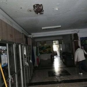 Roma, crollo soffitto e allagamenti al liceo Cannizzaro all'Eur: stop a lezioni