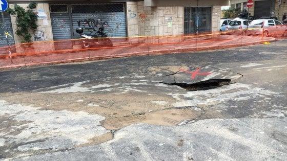 Roma, sprofonda il manto stradale: voragine a Monteverde