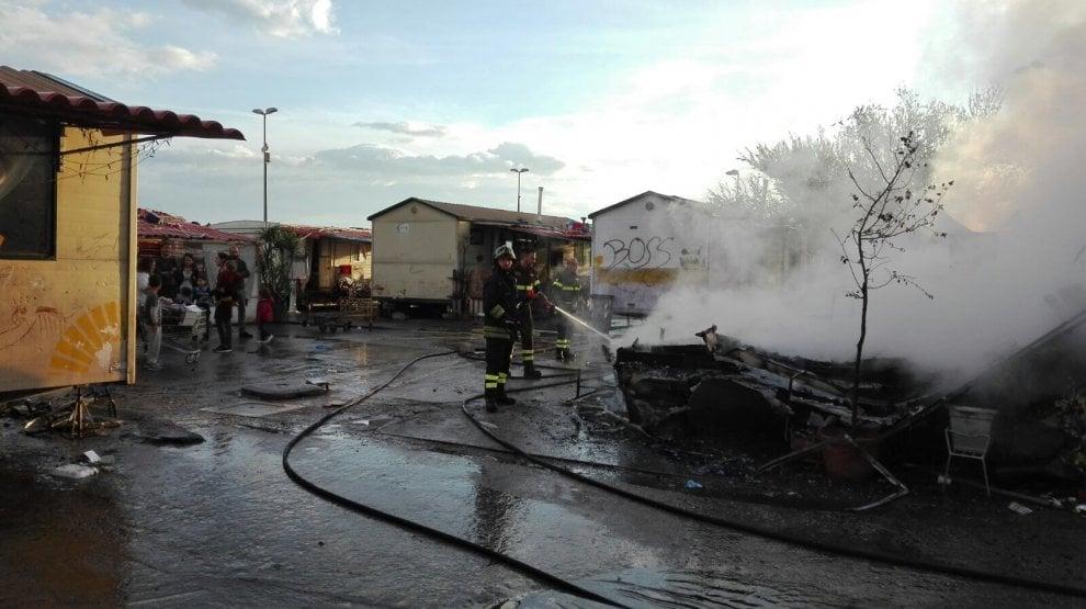Roma, fiamme nel campo rom di via Salone: nessun ferito
