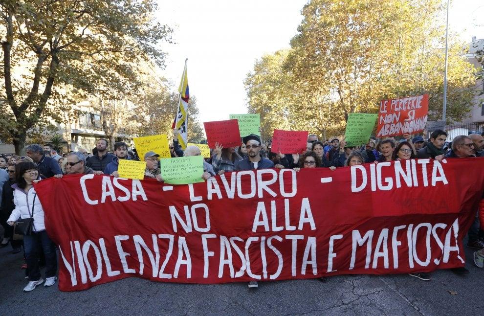 Giornalista aggredito, Ostia in piazza contro le mafie