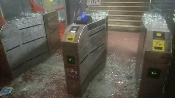 Roma-Lido, distruggono le vetrate dei tornelli nella stazione Tor di Valle