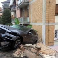 Si schianta a tutta velocità contro auto parcheggiate, poi va in retromarcia e sfonda un muretto: paura a Roma Nord
