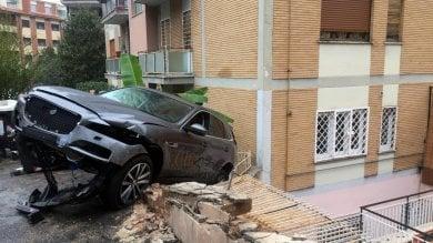 A tutta velocità contro  ft  le auto poi sfonda muro  in retromarcia   video