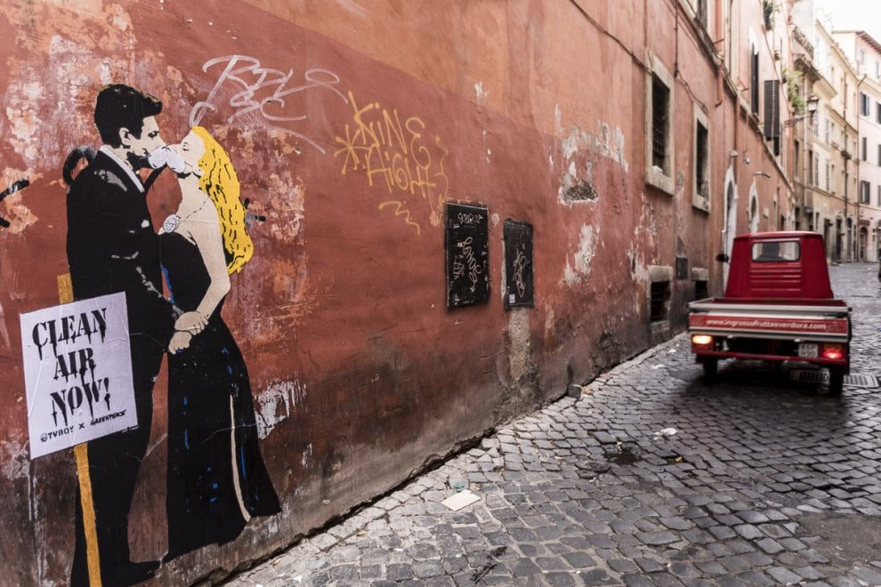 Greenpeace, street art anti smog: i murales di Mastroianni, Totti e Papa Francesco