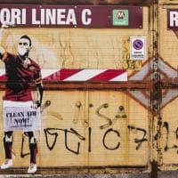 Papa Francesco, Totti e Audrey con la mascherina antismog: la street art contro l'inquinamento di Greenpeace