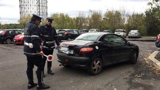 Roma, circolava con auto sotto sequestro: cinquemila euro di multa