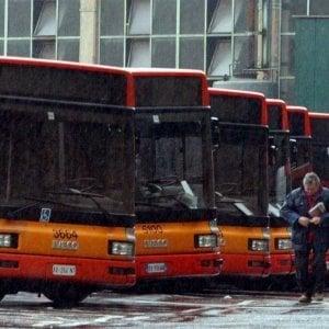 Roma, bus Atac preso a colpi di martello: nessun ferito