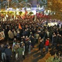 Ostia, dopo l'aggressione al cronista cittadini in piazza contro le mafie. Bucate le gomme a troupe di La7