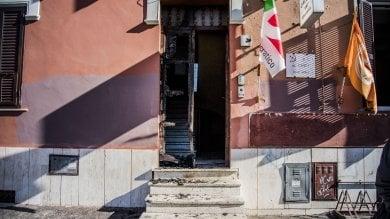 """Ostia, a fuoco portone del circolo pd Renzi: """"Non ci facciamo intimidire""""   foto"""