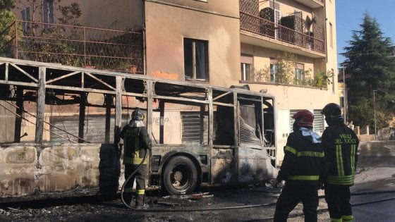 Autobus ATAC avvolto dalle fiamme sull'Aurelia