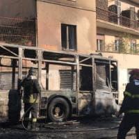 Roma, bus a fuoco in via Aurelia. Nessun ferito: danneggiate auto e un terrazzo