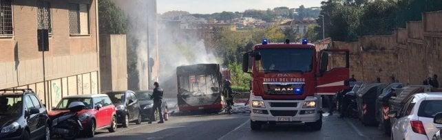 Paura in via Aurelia, a fuoco un bus Atac  foto   Nessun ferito: danneggiate auto e un terrazzo