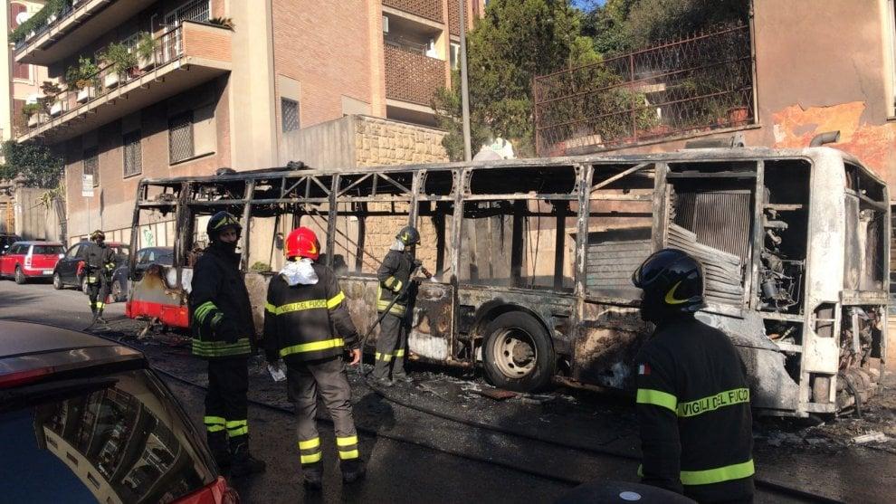 Roma, completamente distrutto un autobus dell'Atac in via Aurelia