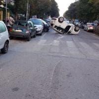 Roma, carambola, poi l'auto si ribalta: l'autista scappa