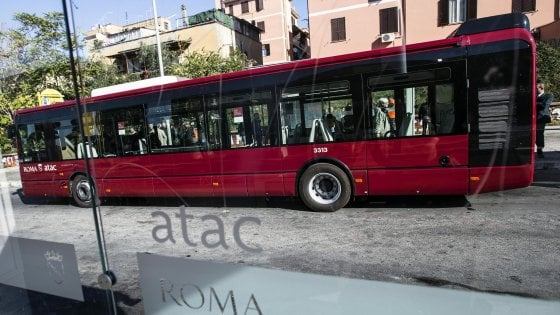 Roma, sassaiole contro due bus della linea 907 a Primavalle