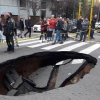 Roma, voragine si apre in strada alla Montagnola. I residenti: